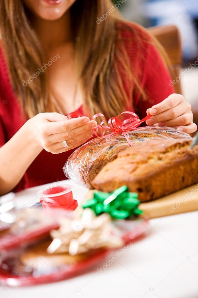 Weihnachten: Frau Verpackung Geschenk der Bananenbrot — Stockfoto ...