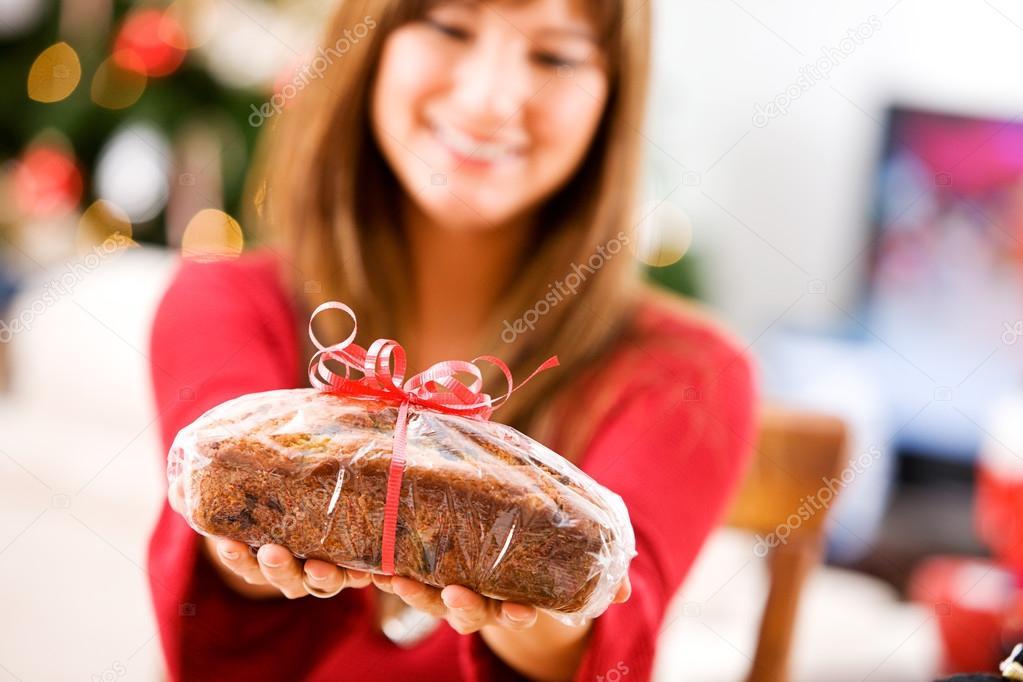 Weihnachten: Frau hält sich umschlossenen Brot Geschenk — Stockfoto ...