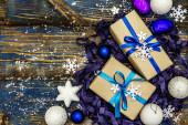 Nulový plýtvání vánoční nebo novoroční dárek koncept. Slavnostní koule a hvězdy, sněhové vločky a dárky. Přirozená výzdoba pro domácí práce. Dřevěné desky pozadí v modrých tónech, horní pohled