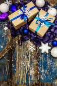 Nulový plýtvání vánoční nebo novoroční dárek koncept. Slavnostní koule a hvězdy, sněhové vločky a dárky. Přirozená výzdoba pro domácí práce. Dřevěné desky pozadí v modrých tónech, kopírovat prostor