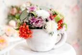 Fotografia bouquet di fiori e frutti di bosco