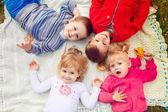 děti ležící na trávě