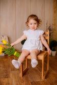 Fotografia Bambina con un mazzo di tulipani