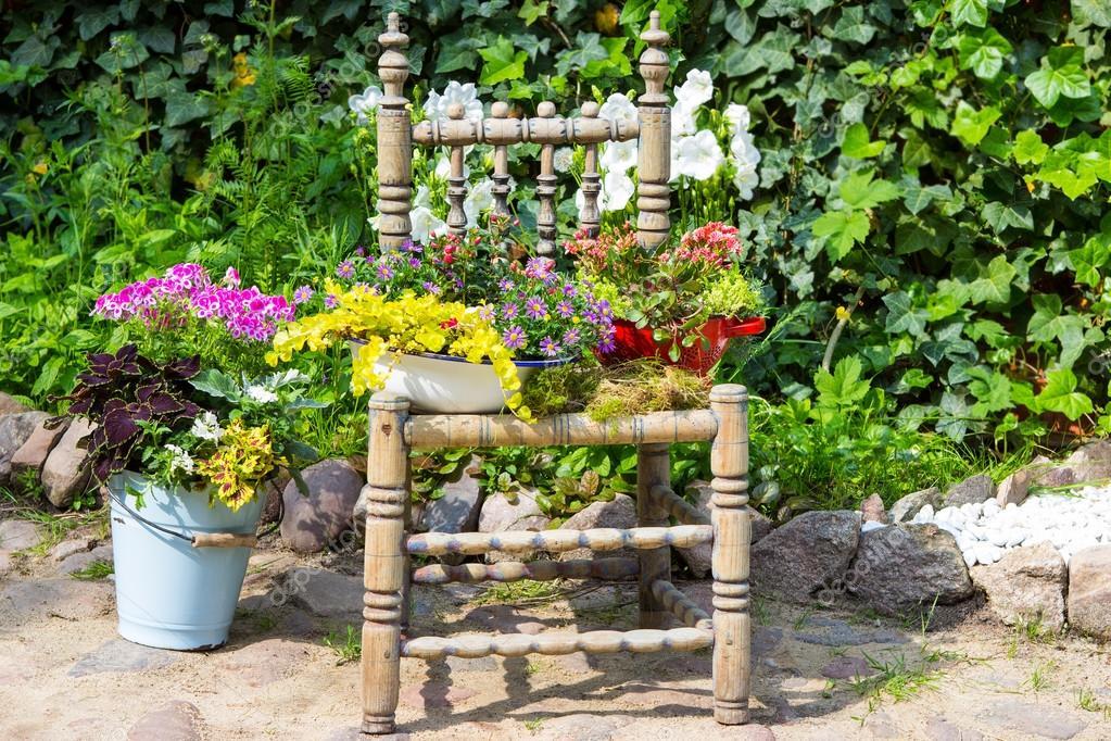Gartendekoration Mit Einem Alten Stuhl Stockfoto C Martinaosmy