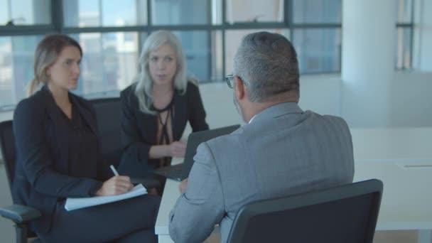 Vážné ženy HR manažeři rozhovor zralé mužské profesionální