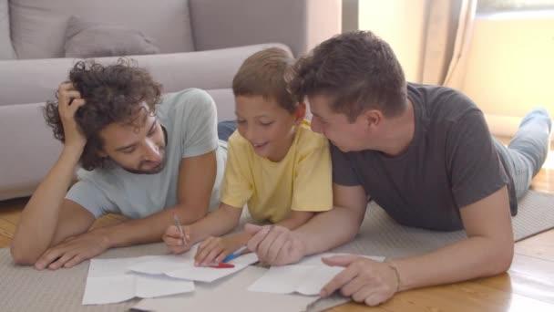 Két apa segít összpontosított fiú otthoni feladat