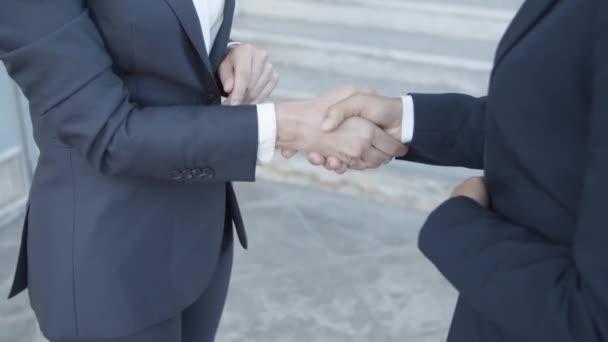 Dvě podnikatelky v oblecích, setkání venku