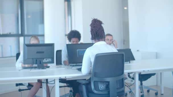 Potápěčská skupina obchodníků ve sluchátkách pracující v kanceláři