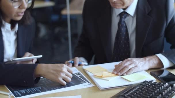 Pilné finanční profesionálové pomocí tabletu