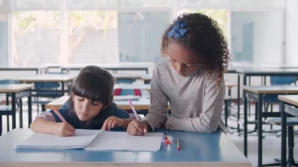 Zaměřené černošky a latinské žákyně základních škol