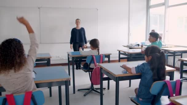 A tanárnő kérdéseket tesz fel a diákoknak