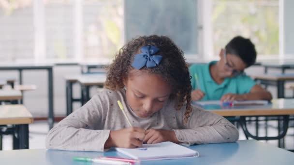 Fókuszált fekete tanuló lány tollal