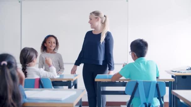 Női iskolai tanár kérdéseket tesz fel, hogy keverje össze a rasszista tanuló