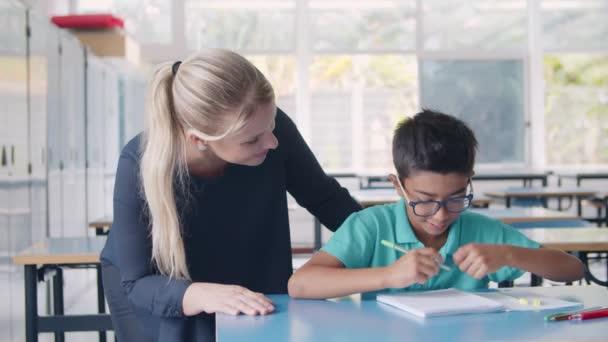 Šťastný školní učitel vysvětlující úkol