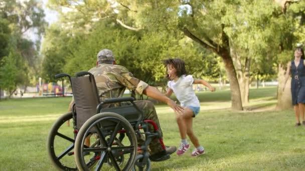 Aufgeregte Kinder und ihre Mutter rennen zum behinderten Militärpapa