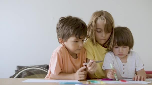 Kaukázusi gyerekek festés markerek a nappaliban