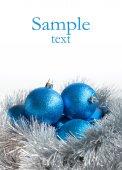 Modrý vánoční koule a stříbrné pozlátko