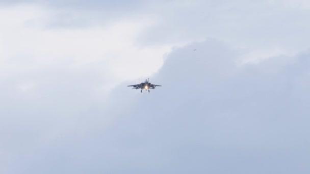 Kampfjet im letzten Landeanflug vor Landung auf Flughafen.