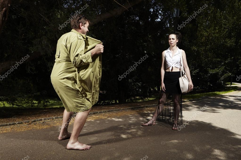 Девушки в распахнутых плащах фото