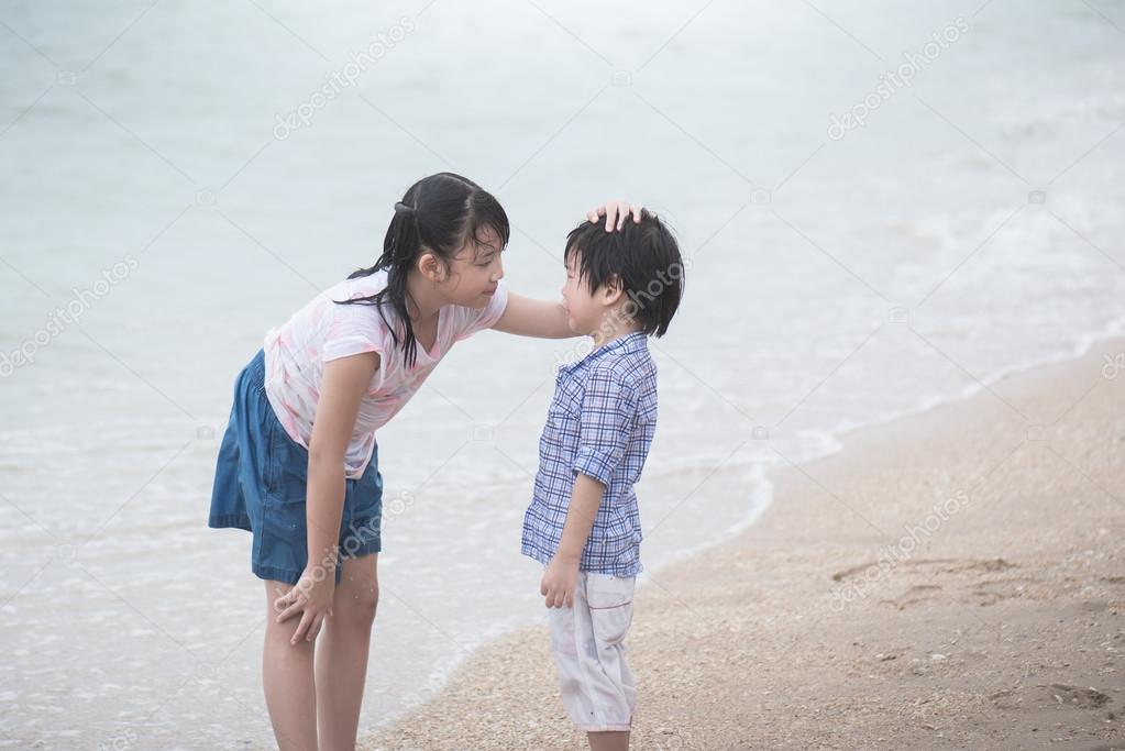 0500565c Vacker asiatisk tjej tröstande sin gråtande bror — Stockfoto