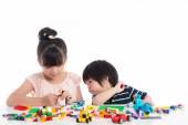 Fotografia Piccolo asiatico dei bambini giocando con i blocchi di costruzione variopinta