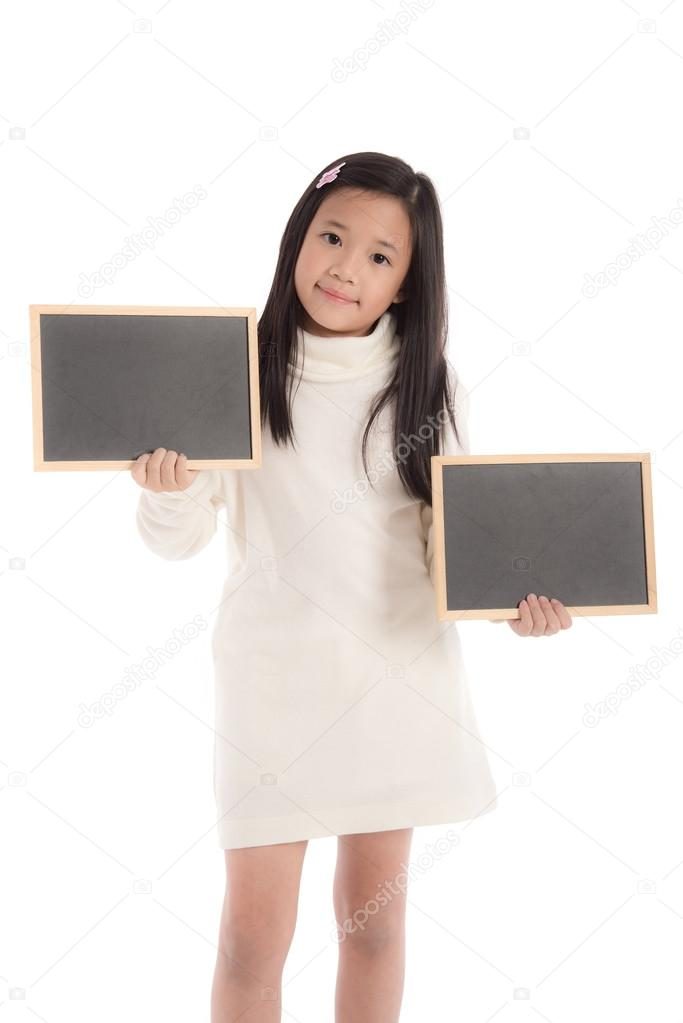 769b6c060547 Χαριτωμένο ασιατικό κορίτσι στο λευκό Ζιβάγκο φόρεμα εκμετάλλευση  μαυροπίνακα — Φωτογραφία Αρχείου