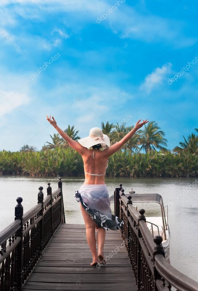 Mujer Con Sombrero De Espalda Caminando En El Embarcadero De Río
