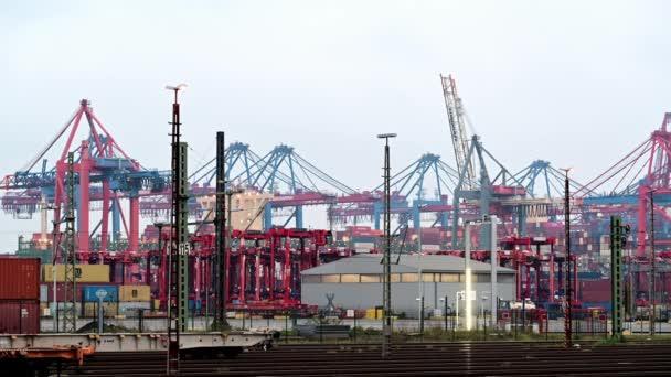 Hamburg, Deutschland - 14. November 2020: Containerterminal Eurogate am Burchardkai in Hamburg, Be- und Entladen verschiedener Container durch verschiedene Reedereien