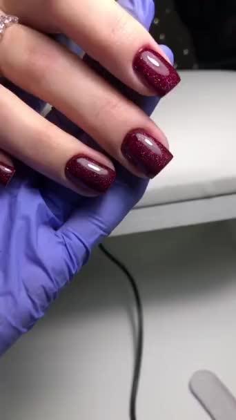 Červená manikúra. Ruce ženy s červenou manikúrou na nehty.Manikúra salon krásy koncept. Prázdné místo pro text nebo logo.