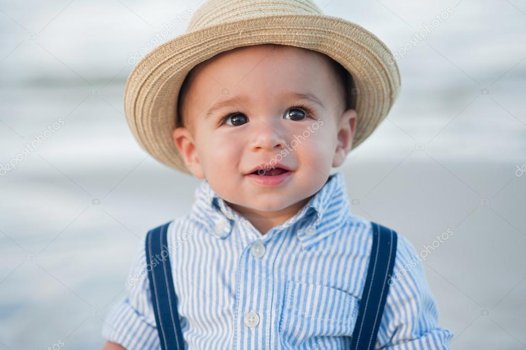 Un año de edad niño con sombrero de paja del sombrero — Fotos de Stock c90d77bb4a9
