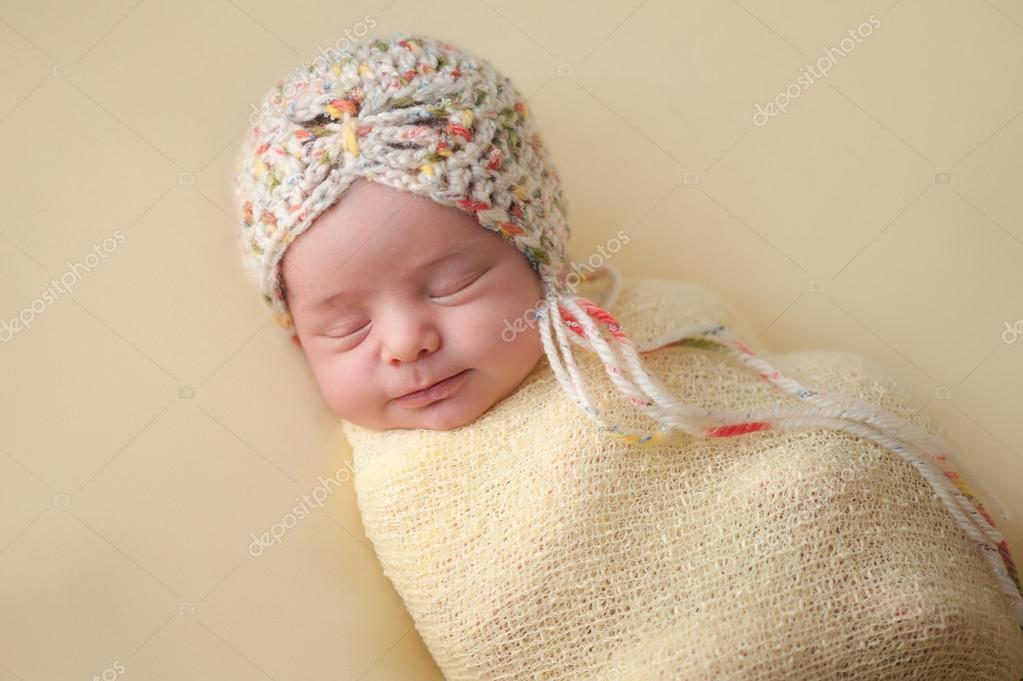 Ragazza sorridente del bambino appena nato Swaddled in giallo — Foto Stock c15e0103c6ac