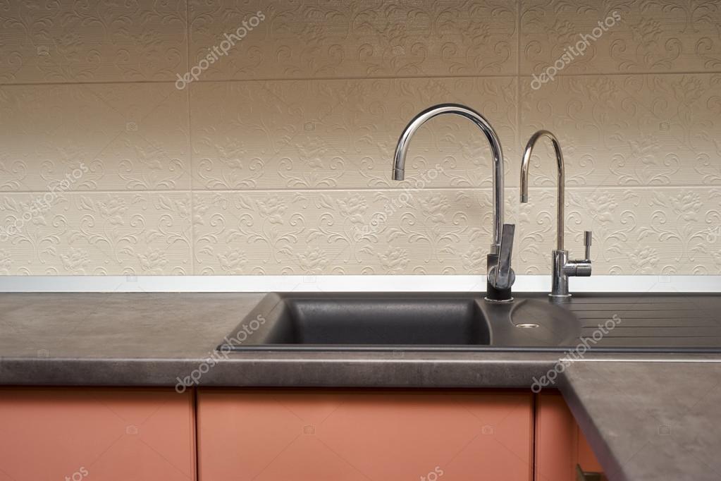 Rvs spoelbak en kraan in keuken kamer u stockfoto himchenko