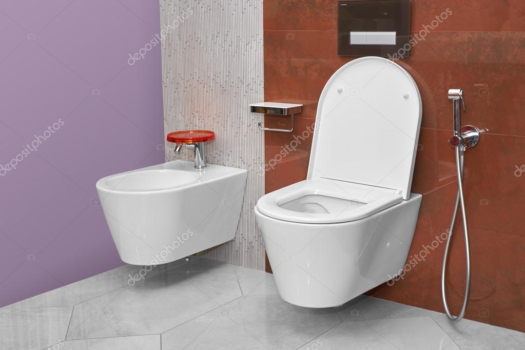 toalett och bid i ett modernt badrum stockfotografi himchenko 121969396. Black Bedroom Furniture Sets. Home Design Ideas