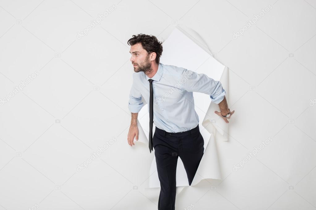 Outfit Ufficio Uomo : Uomo dell ufficio con abito elegante e cravatta rompendo il backgr