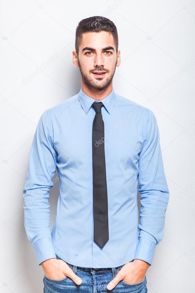 rivenditore di vendita be3fd 93485 Singolo uomo elegante in camicia blu con cravatta nera ...