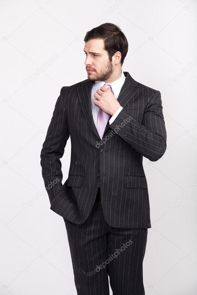 — AtteggiamentoIsolato La Uomo Abito A Bello BarbaVestito Maschile Con Posa Elegante In Foto Di Righe 1lTKFJc
