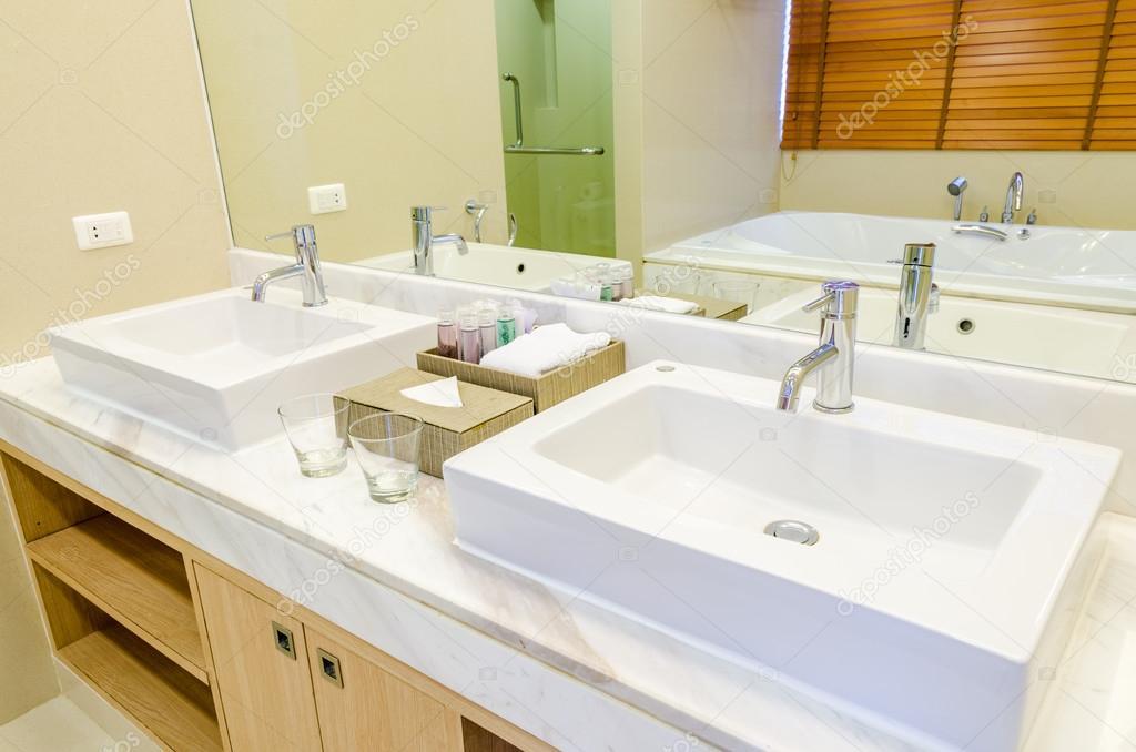 Rustieke Badkamer Kranen : Witte wastafel en kraan in een badkamer u2014 stockfoto © finallast