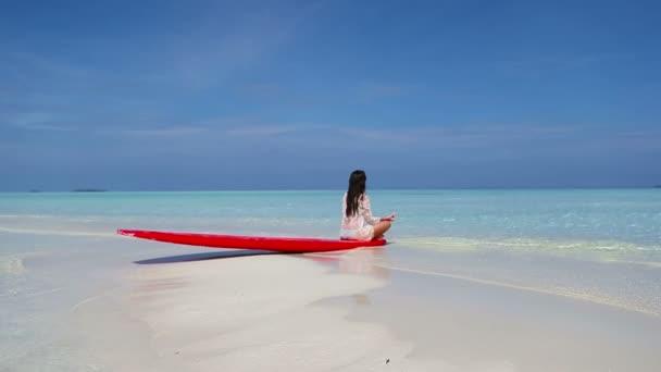 fiatal nő élvezni a trópusi tengerparti nyaraláshoz