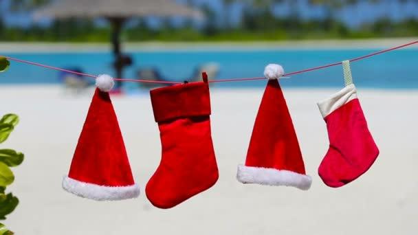 Červený Santa klobouky a Vánoční punčocha na tropické pláži