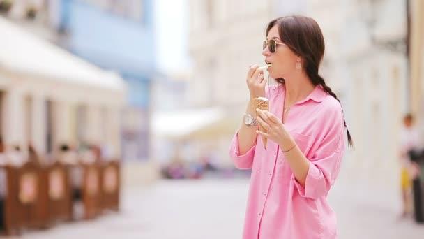 Mladá žena model jíst venku kužel zmrzliny. Letní koncept - woamn s sladké zmrzliny na horký den