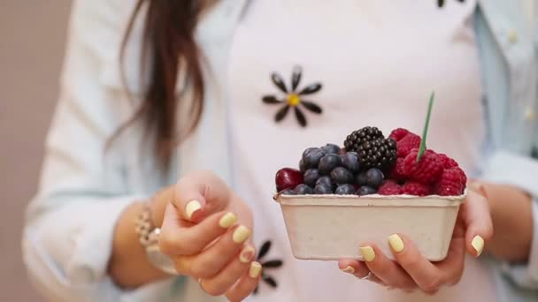 Closeup bobulí ovoce na ženské ruce. Borůvek, malin, jahod, třešní a ostružin na trhu. Zahradnictví, zemědělství, sklizně a lesní koncepce