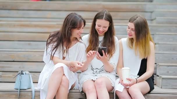 Lifestyle-Selfie-Porträt junger positiver Mädchen, die Spaß haben und Selfie machen. Konzept der Freundschaft und Spaß mit neuen Trends und Technologien. Beste Freunde retten den Moment mit modernem Smartphone