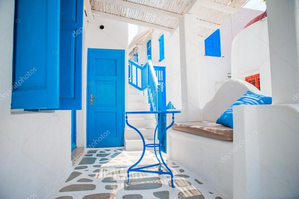 De smalle straatjes van het eiland met blauwe balkons trappen en
