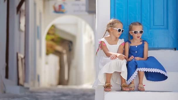 ee714c1fcbb Δύο κορίτσια στο μπλε φορέματα που διασκεδάζουν σε εξωτερικούς ...