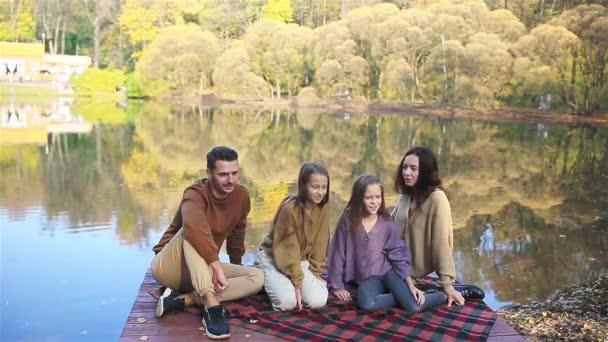 Krásná rodina na podzim teplý den u jezera