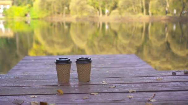 Kávé, hogy menjen a fa mólón a tónál egy őszi napon
