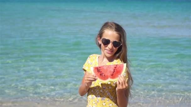 Šťastné dítě na moři s melounem