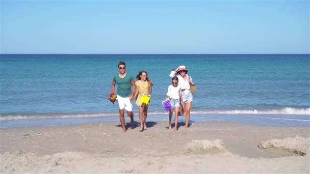 Mladá rodina na letní plážové dovolené