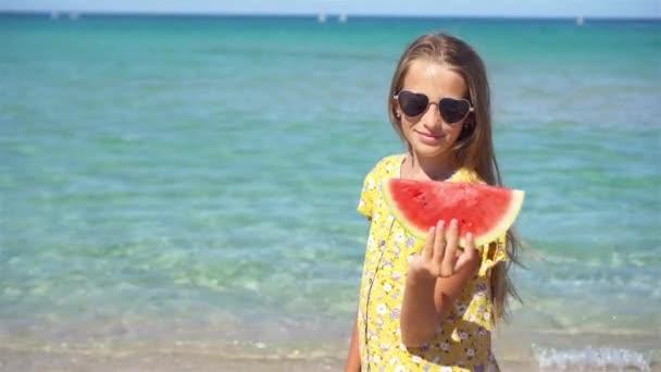 Boldog gyermek a tengeren görögdinnyével