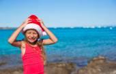 Fényképek hűvös gyönyörű kislány santa kalap nagyon boldog